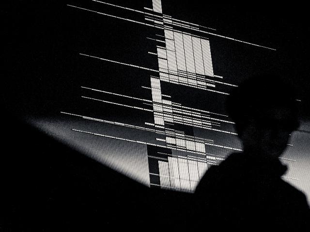 極簡主義電子音樂大師:池田亮司 Ryoji Ikeda 重擊來台・唯一表演!